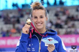 Campionessa di Tuffi Tania Cagnotto mostra la sua medaglia olimpiadi sponsor costumi arena water instinct