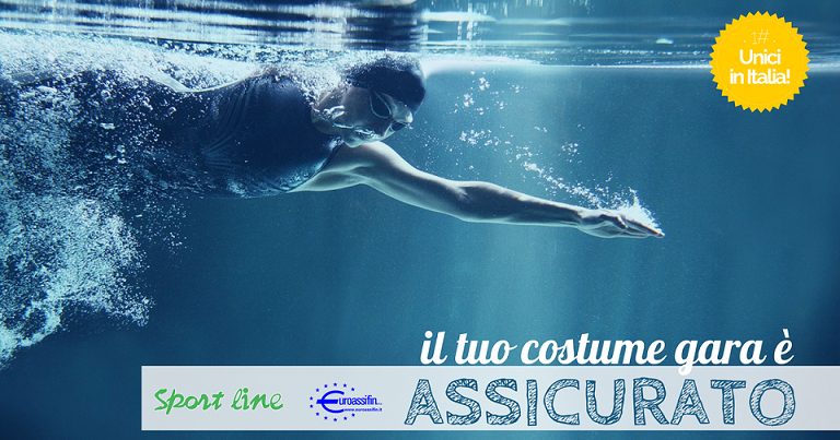 nuotatrice nuota in piscina con costume gara assicurato