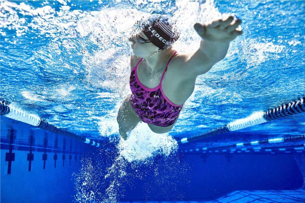 donna nuota stile libero in piscina